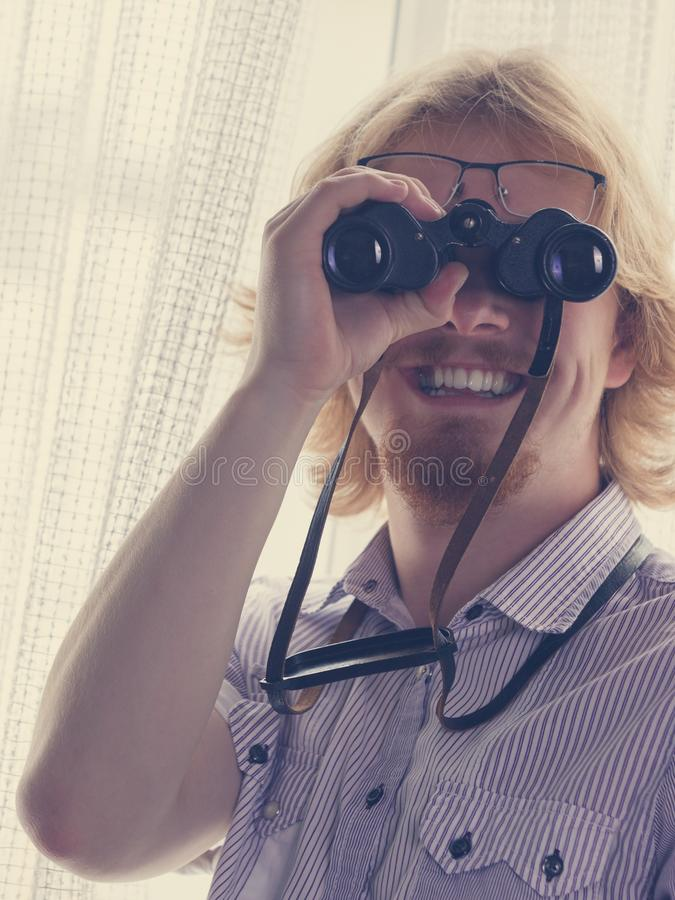 De grappige verrekijkers van de kerelholding stock foto