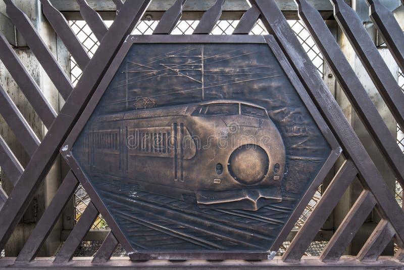 De gravure op metaal die de wereld vertegenwoordigen leidde eerst tot de hogesnelheidstrein van 0 Reeksenshinkansen op de Shimogo stock foto