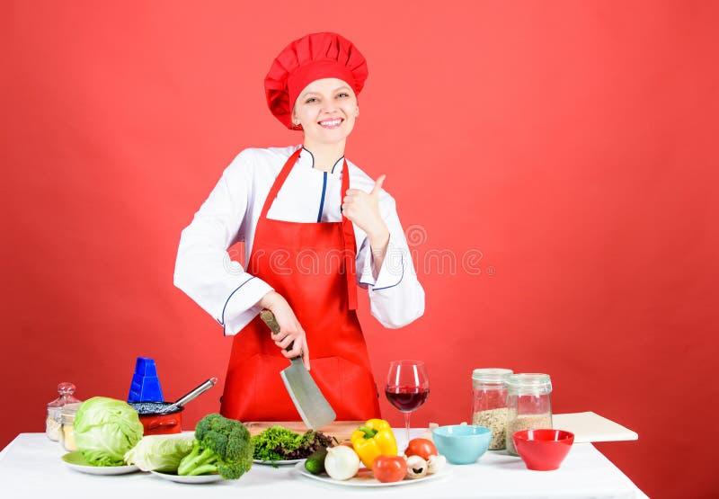 De greep scherp mes van de vrouwenchef-kok Karbonadevoedsel als pro Het concept van messenvaardigheden De sexy recepten van het a stock afbeeldingen