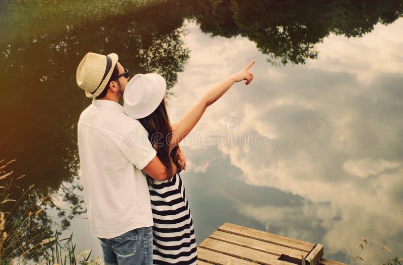 De greep van gelukkig romantisch paar onderzoekt de wereld van mooi royalty-vrije stock foto's