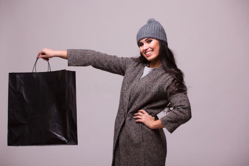 De greep van het manier donkerbruine meisje het winkelen zak ter beschikking royalty-vrije stock foto's