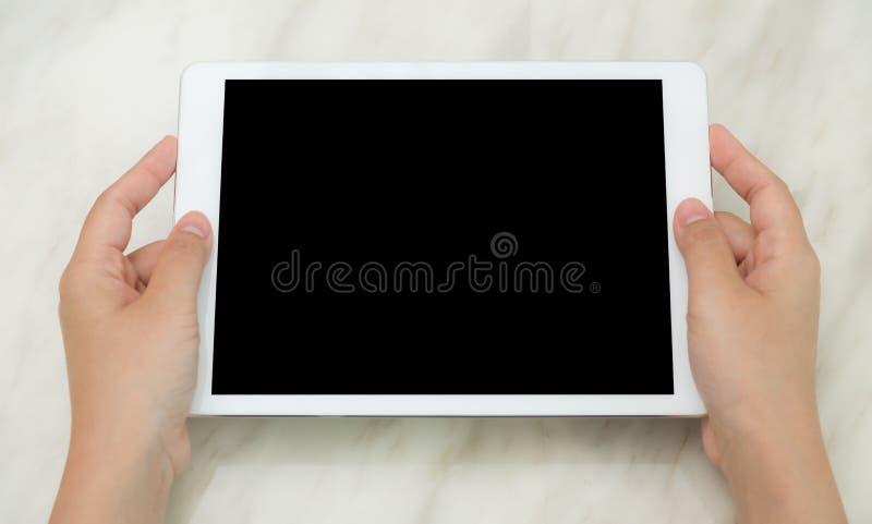 De greep witte tablet van de vrouwenhand royalty-vrije stock afbeelding