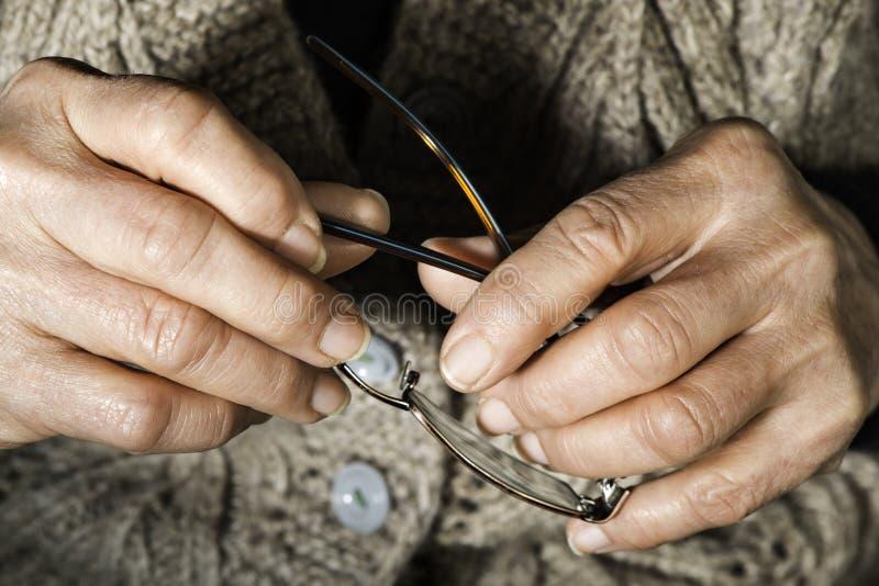 De greepglazen van vrouwenhanden stock afbeelding