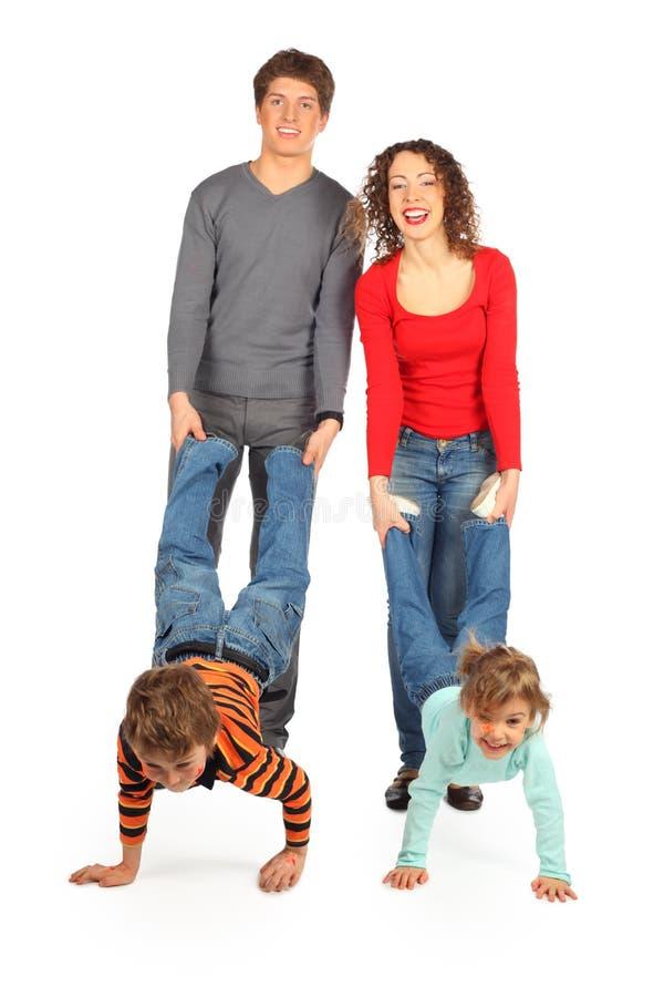 De greepkinderen van ouders voor benen royalty-vrije stock fotografie