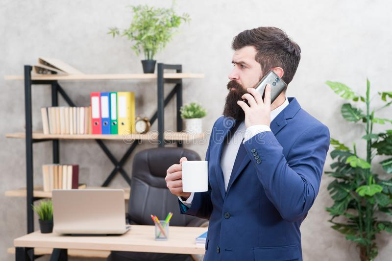 De greepkop en smartphone van de mensen gebaarde zakenman Mobiele vraag Begindag met koffie Koffie ontspannende onderbreking Werk royalty-vrije stock fotografie