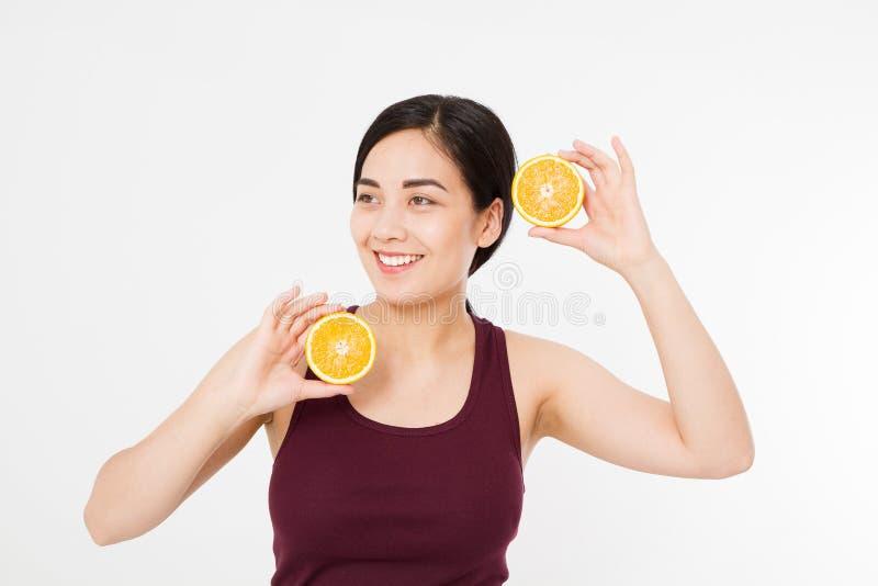 De greepsinaasappelen van de schoonheids Aziatische Japanse vrouw Het concept van de schoonheid Mooi Blij tienermeisje met sproet royalty-vrije stock afbeelding