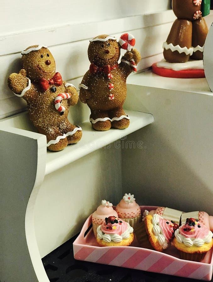 De greepsuikergoed en tribune van Kerstmisgingermen boven cupcakes royalty-vrije stock afbeelding