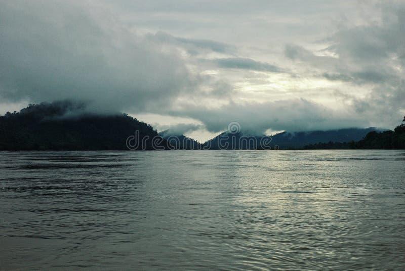 de grens is tussen Laos en Kambodja op de mekong rivier royalty-vrije stock afbeeldingen