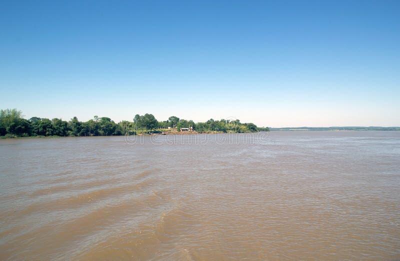 De grens van Argentinië en van Paraguay de rivier langs van Parana ' royalty-vrije stock fotografie