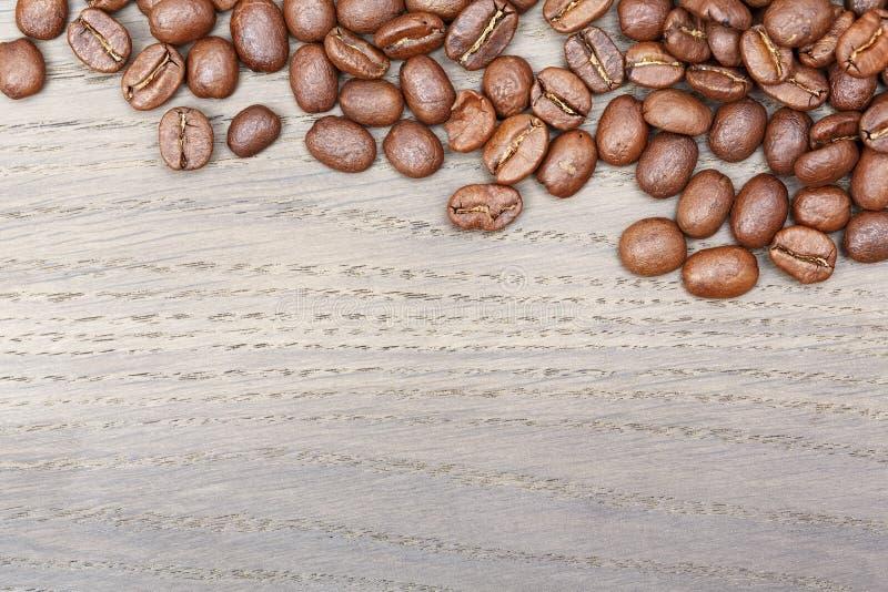 De grens van koffiebonen op oude eiken lijst royalty-vrije stock foto's