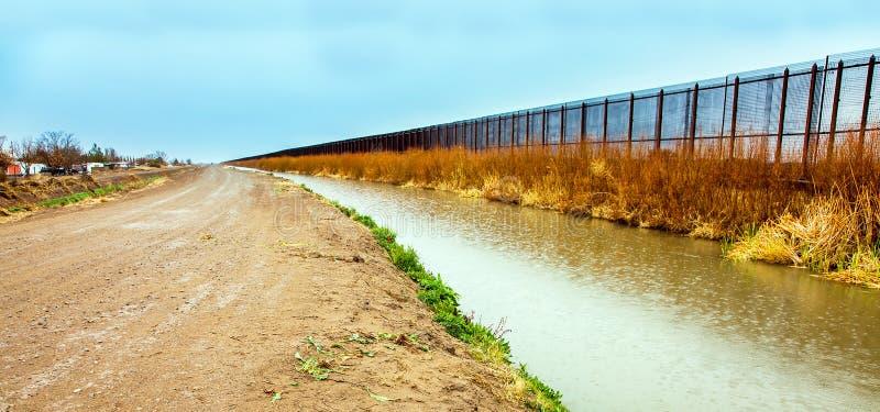 De grensomheining van de V.S. aan Mexico in El Paso stock foto's