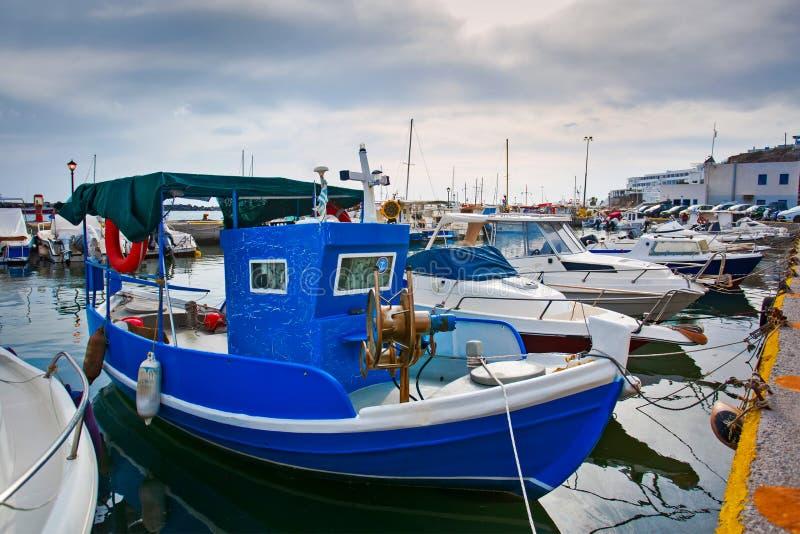 De Griekse die vissersboten blijft dichtbij overzees op Santorini-eiland worden geparkeerd royalty-vrije stock foto's