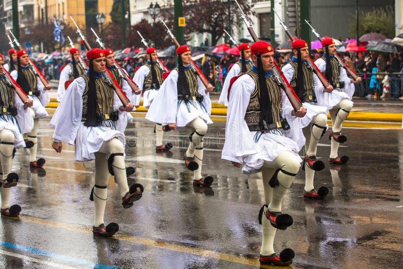 De Griekse militairen Evzones kleedden zich in volledige kleding eenvormig tijdens Onafhankelijkheidsdag van Griekenland royalty-vrije stock afbeelding