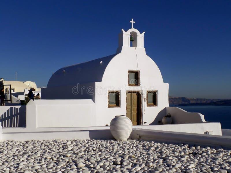 De Griekse Mooie Witte Kerk van de Eilandenstijl tegen Sunny Blue Sky, Oia Dorp, Santorini-Eiland, Griekenland stock foto