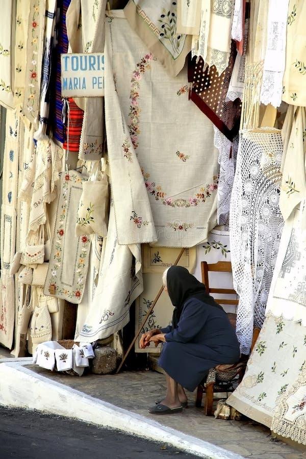 De Griekse tapijten van de dameverkoop royalty-vrije stock afbeeldingen