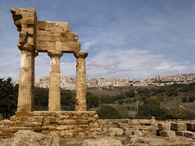 De Griekse Tempel van Bever en Pollux, Agrigento, Sicilië, Italië royalty-vrije stock afbeelding