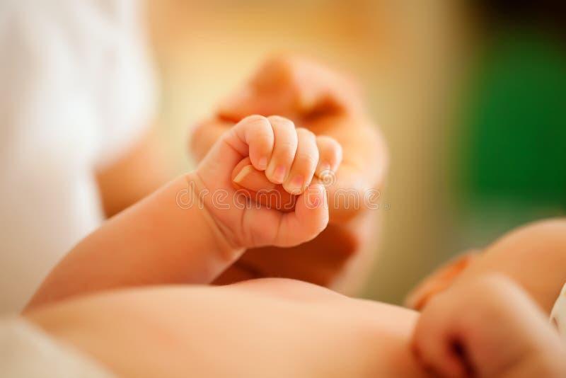 De grijpende hand van de baby van moeder royalty-vrije stock afbeelding