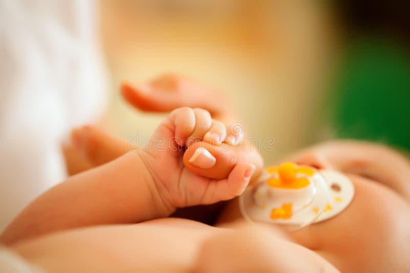De grijpende hand van de baby van moeder royalty-vrije stock foto