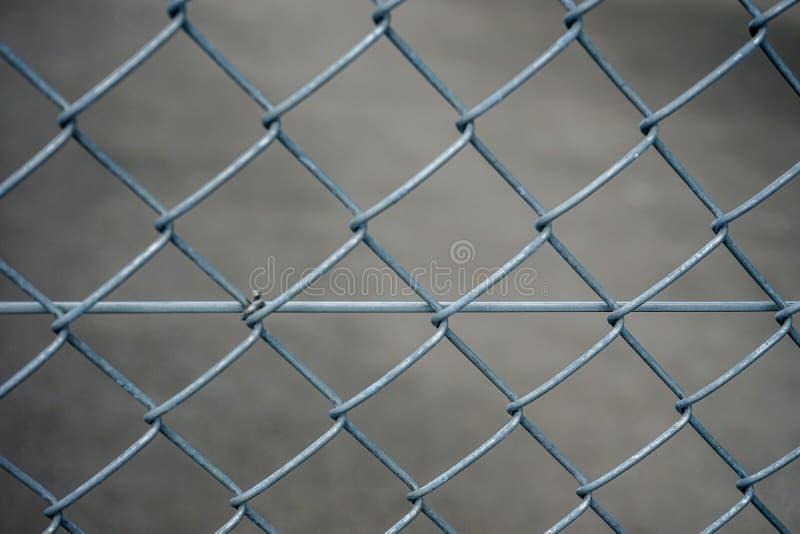 De grijs ijzeromheining, vat dicht omhoog mening met concrete achtergrond samen stock foto's