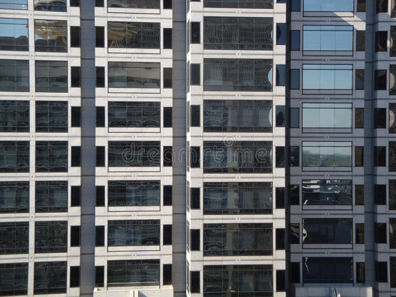 De grijze Bouw van het Bureau van Windowed van het Glas royalty-vrije stock afbeelding
