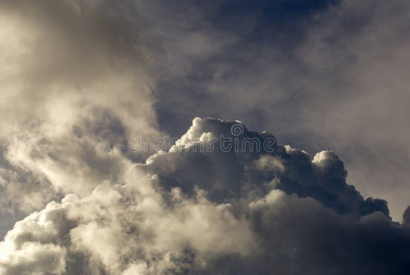 De grijze dichte cumuluswolken begint zich te verzamelen royalty-vrije stock afbeeldingen