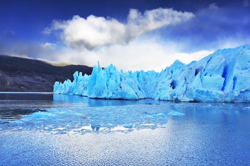 De grijze gletsjer beweegt zich onderaan het water royalty-vrije stock afbeeldingen