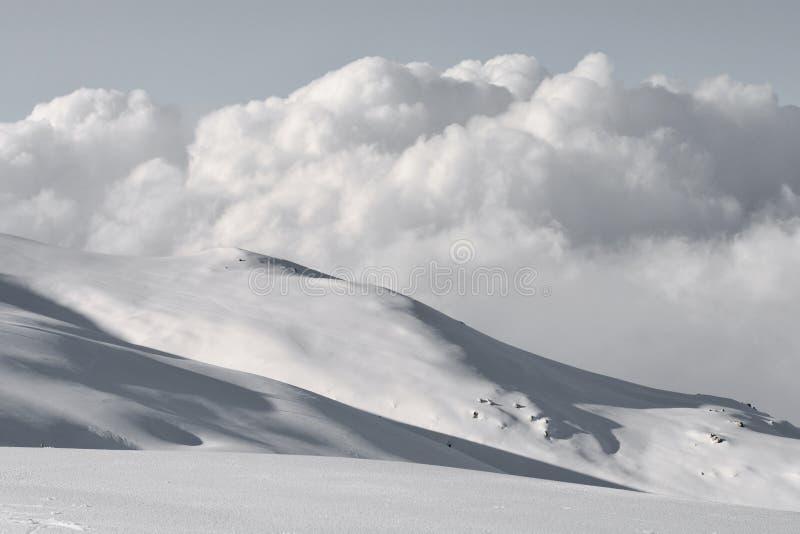 De grijze hemel en de inkomende wolken stellen een nieuwe storing en een nieuwe sneeuwval voor stock fotografie