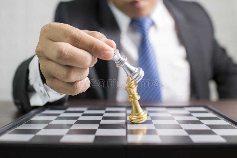 de grijze Koning van het zakenmangebruik van schaak om antagonist aan te vallen, plannin royalty-vrije stock foto's