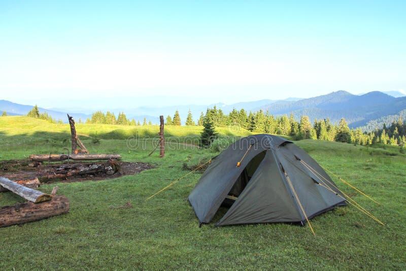 De grijze tent op een groen gras ukraine carpathians royalty-vrije stock afbeelding