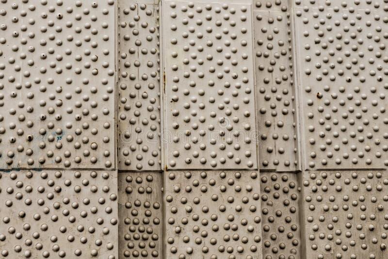 De grijze zilveren achtergrondmetaalachtergrond vertroetelde een vele klinknagelsdeel van het van de het ontwerpzolder van de bru royalty-vrije stock foto