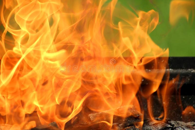 De grill van de close-uphoutskool met oranje krachtige vlam royalty-vrije stock fotografie