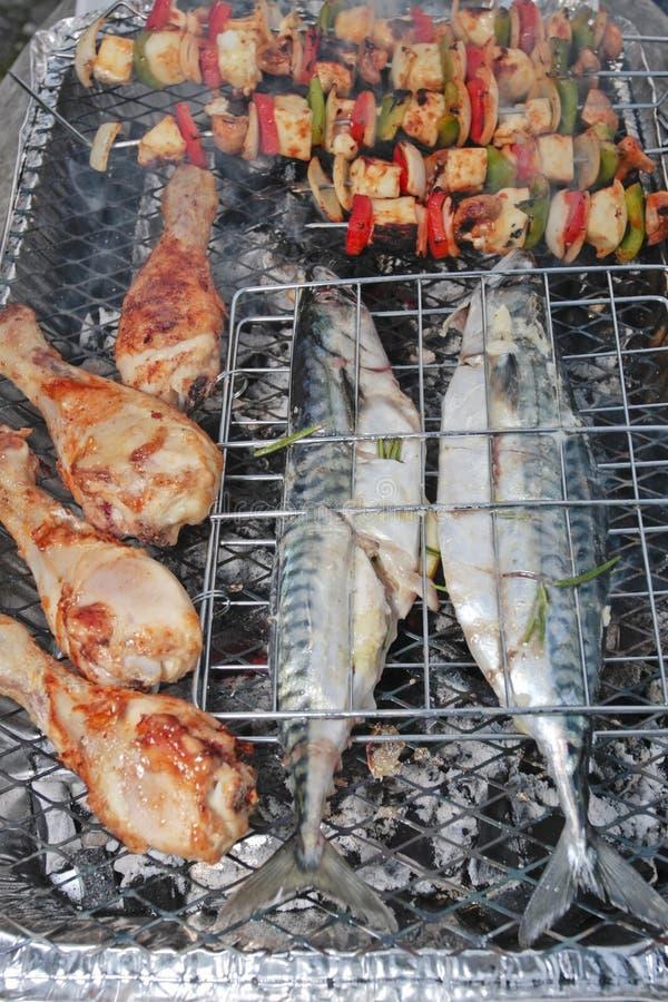 De grill van de barbecue met gevuld vissen en vlees royalty-vrije stock afbeeldingen