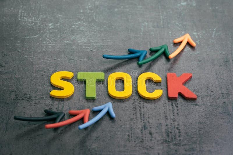 De groei in concept van de effectenbeurs het toenemende prijs, pijlen die als prijsgrafiek benadrukken met kleurrijke brieven die stock fotografie