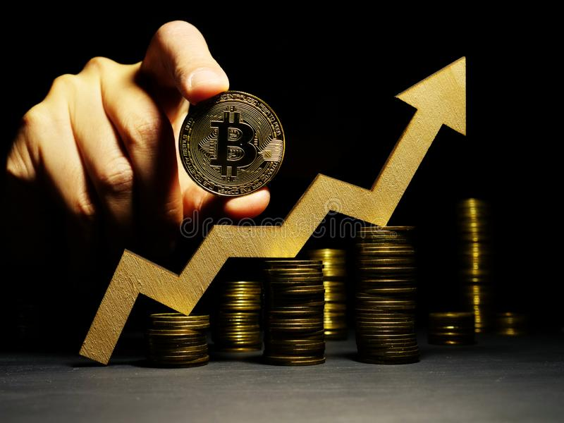 De groei omhoog van de prijs van Bitcoin btc Pijl en muntstuk Crypto handel stock foto