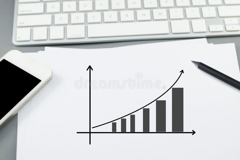 De groeigrafiek op papier met potlood en slimme telefoon stock afbeelding