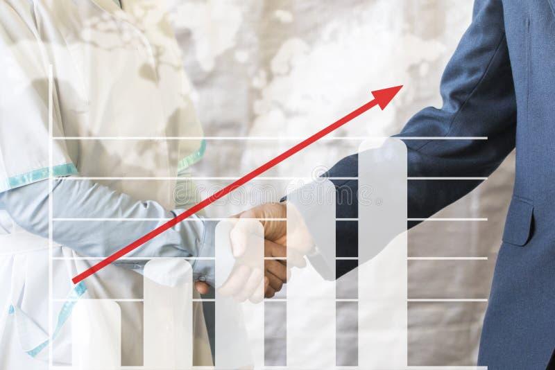 De groeigrafiek van de bedrijfshanddrukovereenkomst De zakenman schudt handen met arts het schudden handen royalty-vrije stock afbeeldingen