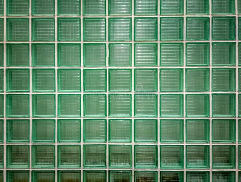De groene achtergrond van de glasmuur Muur van glanzende betegelde glasblokken in groen royalty-vrije stock afbeelding