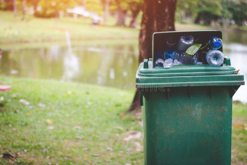 De groene bak is volledig van vuilnis royalty-vrije stock foto's