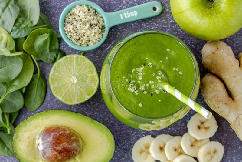 De groene boerenkool van de detoxspinazie smoothies royalty-vrije stock afbeeldingen