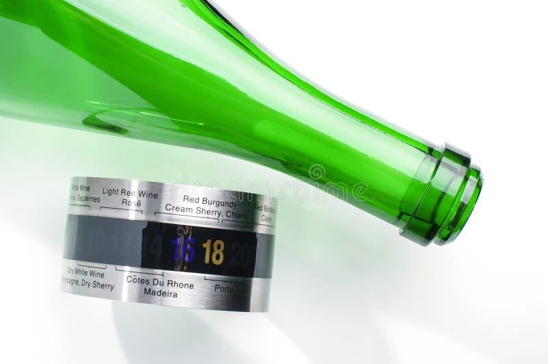 De groene fles van de glaswijn en wijnthermometer voor het dienen stock fotografie