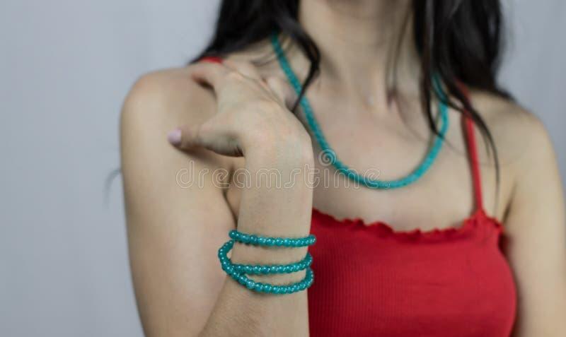 De de groene halsband en armband van agaatstenen die voor vrouwen wordt geplaatst Jonge Vrouw die Juwelen draagt stock afbeeldingen