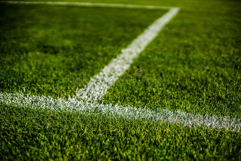 De groene heldere kleurrijke grashoogte van voetbalstafium, sluit omhoog met mooie bokeh royalty-vrije stock foto