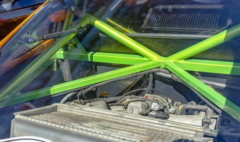 De groene metaalbars van een broodje kooien in de rug van een auto stock foto