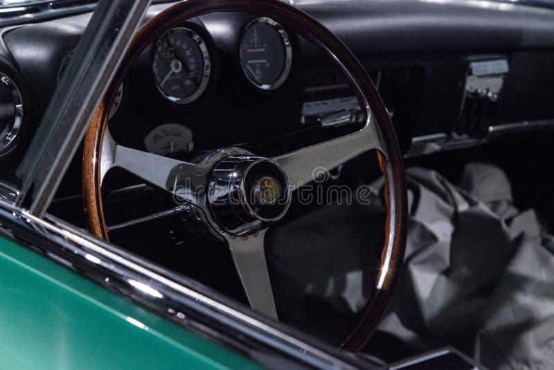 De groene Ontdekkingsreiziger van Plymouth van 1954 door Ghia stock foto