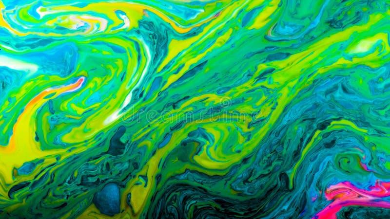De groene psychedelische abstracte heldere kleuren worden gemengd in een vloeistof royalty-vrije stock afbeelding