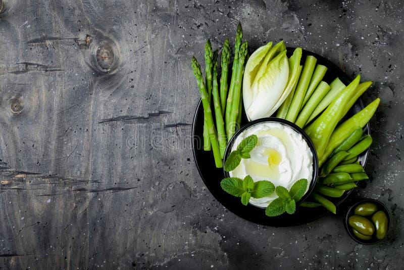 De groene raad van de groentensnack met yoghurtsaus of labneh onderdompeling Gezonde ruwe de zomerschotel stock foto's