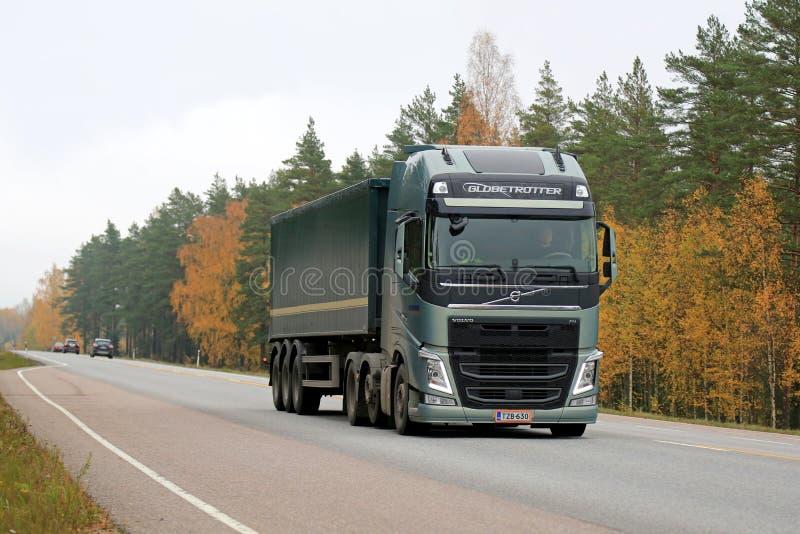 De groene Semi Vrachtwagen van Volvo FH op de Weg in de Herfst royalty-vrije stock afbeeldingen