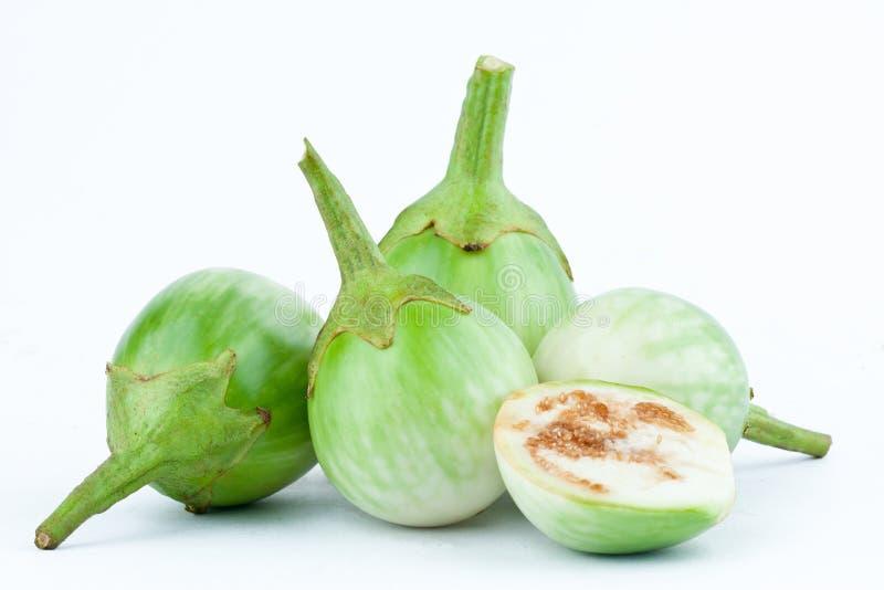 De groene Thaise aubergine of Geel berried nightshade op de witte geïsoleerde groente van de achtergrondaubergineaubergine royalty-vrije stock afbeelding