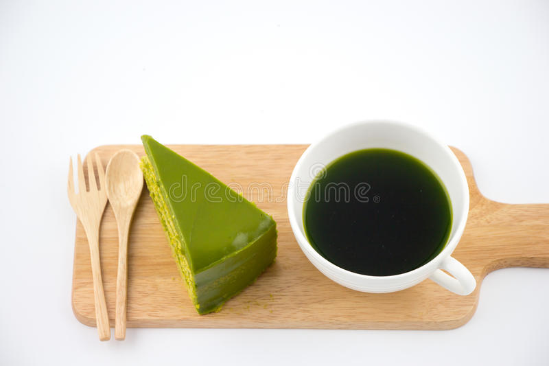 De groene thee met groene theecake isoleert witte achtergrond stock foto
