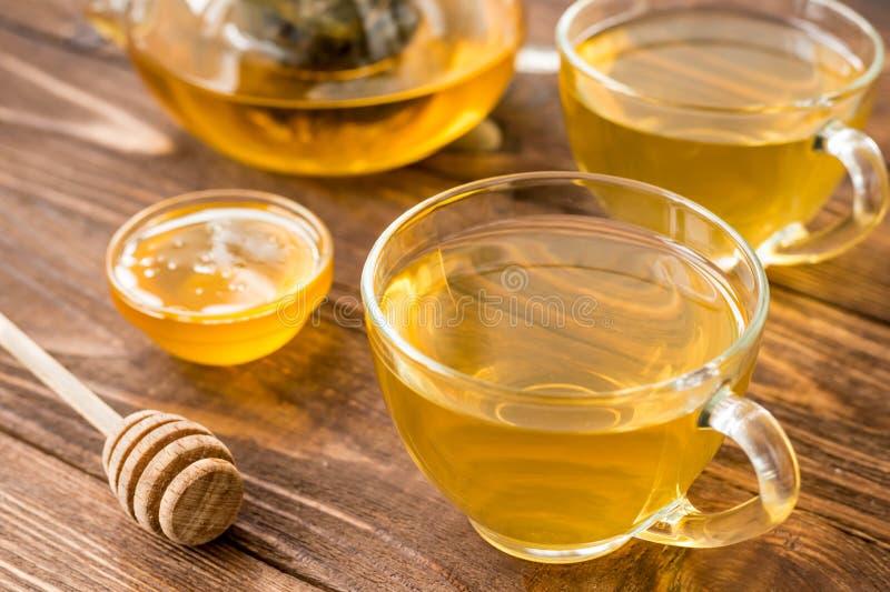 De groene thee met munt, nam, gojibessen, ananas en honing toe royalty-vrije stock foto's
